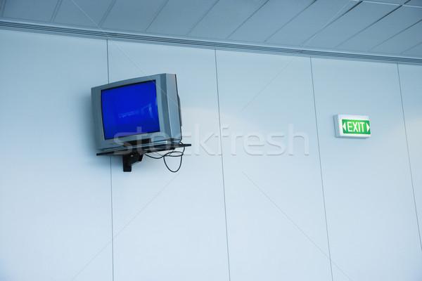 Monitor Wand exit sign Flughafen Fernsehen Sicherheit Stock foto © iofoto