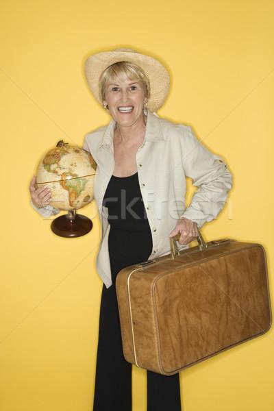 Nő tart bőrönd földgömb kaukázusi középkorú felnőtt Stock fotó © iofoto
