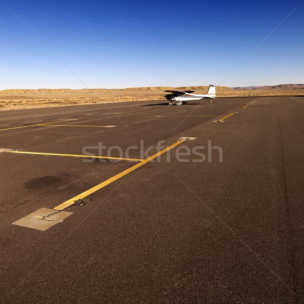 Pequeño avión pista aeropuerto distancia campo Foto stock © iofoto