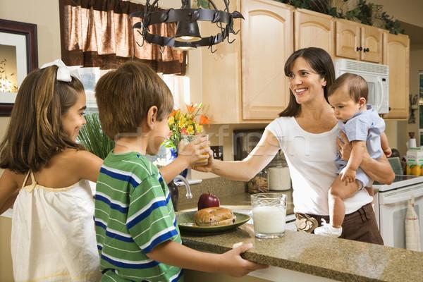 Mamá ninos desayuno hispanos familia cocina Foto stock © iofoto