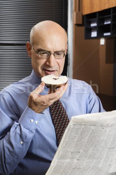 Biznesmen śniadanie posiedzenia biuro Zdjęcia stock © iofoto