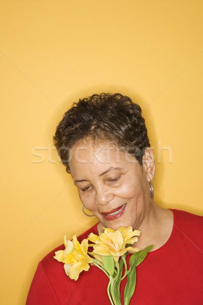 Portré nő virágok afroamerikai középkorú felnőtt női Stock fotó © iofoto