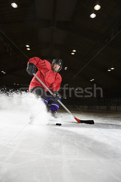 Nő játszik jégkorong kaukázusi jégkorongozó rúg Stock fotó © iofoto