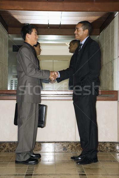 Foto stock: Dos · empresarios · apretón · de · manos · Asia · pie