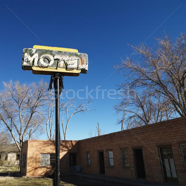 Motel gebouw blauwe hemel hemel boom teken Stockfoto © iofoto