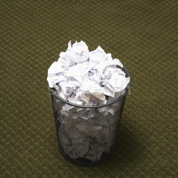 Completo cesto de lixo arame papel verde Foto stock © iofoto