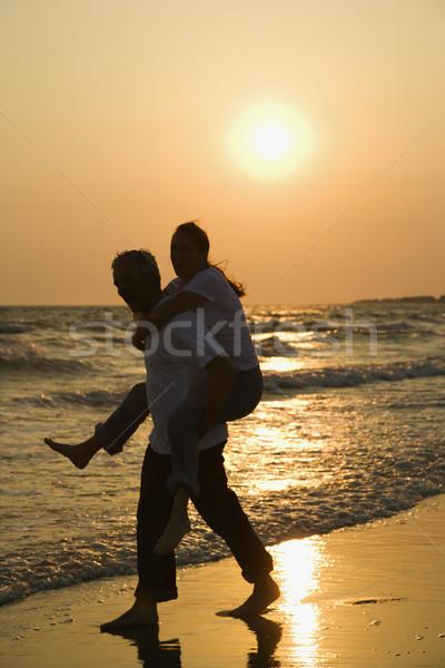 Pár tengerpart kaukázusi férfi hordoz női Stock fotó © iofoto