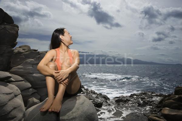 Foto d'archivio: Donna · seduta · Ocean · asian · rock · guardando