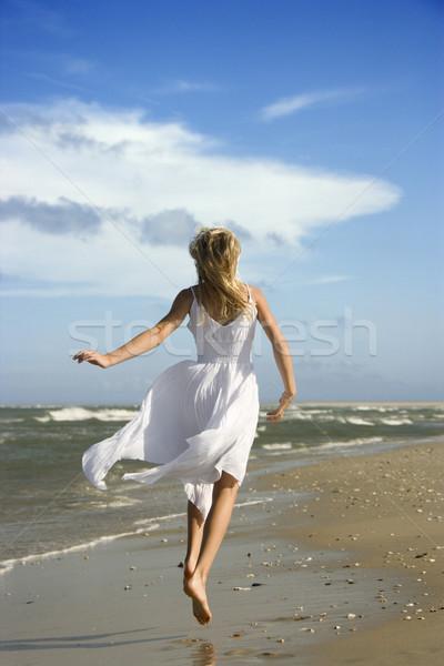 Lány fut lefelé tengerpart kaukázusi folyik Stock fotó © iofoto
