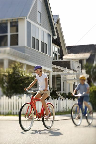Nastolatków jazda konna rowery dwa mieszkaniowy sąsiedztwo Zdjęcia stock © iofoto