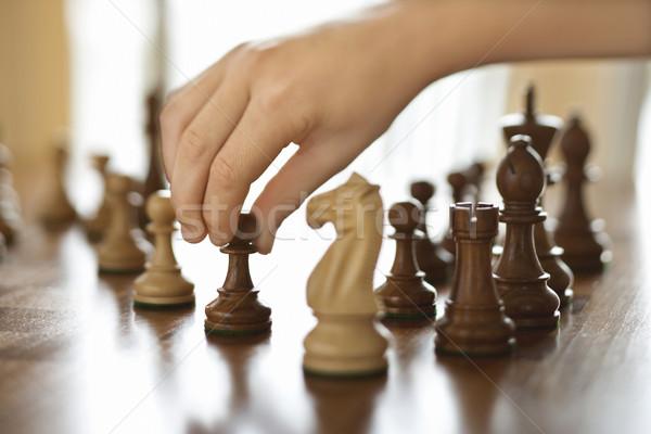 Hand bewegende schaakstuk kaukasisch persoon schaken Stockfoto © iofoto