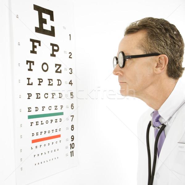 Médico leitura olho traçar caucasiano médico do sexo masculino Foto stock © iofoto