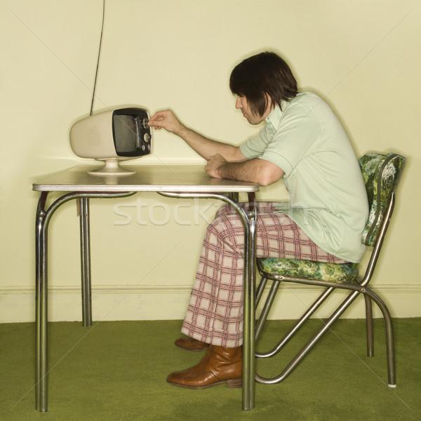 Férfi tv nézés oldalnézet kaukázusi ül 50-es évek Stock fotó © iofoto