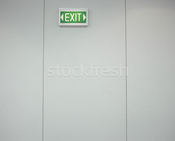 Exit sign Ansicht grünen grau Wand Stock foto © iofoto