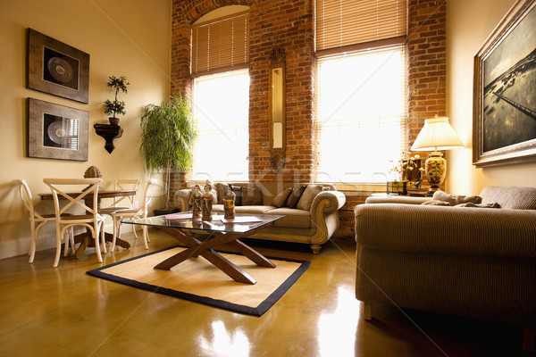 Foto stock: Sala · de · estar · interior · grande · windows · parede · de · tijolos · horizontal