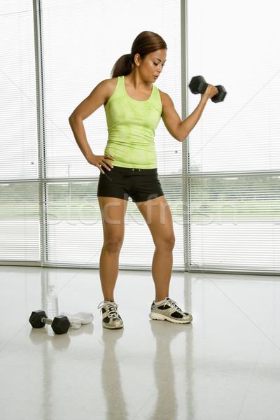 Vrouwelijke gewichtheffer volwassen asian vrouw Stockfoto © iofoto