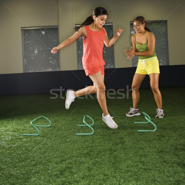 Fille fitness formation sautant étape obstacles Photo stock © iofoto