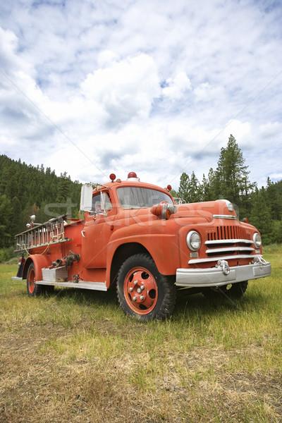 Starych wóz strażacki widoku dziedzinie kolor Zdjęcia stock © iofoto