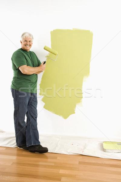 Homem pintura parede verde pintar Foto stock © iofoto