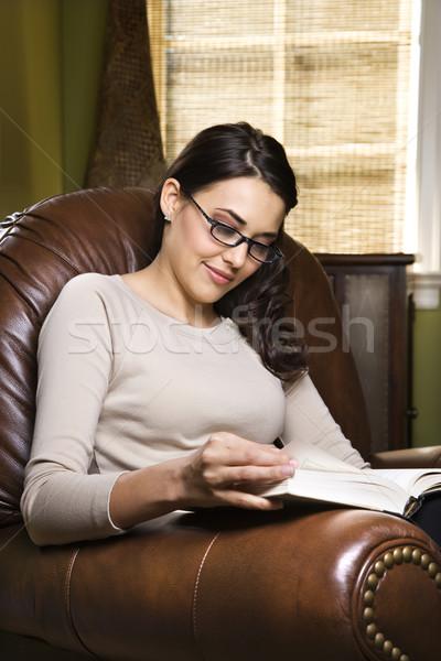 Stok fotoğraf: Kadın · okuma · genç · kadın · oturma · deri · sandalye