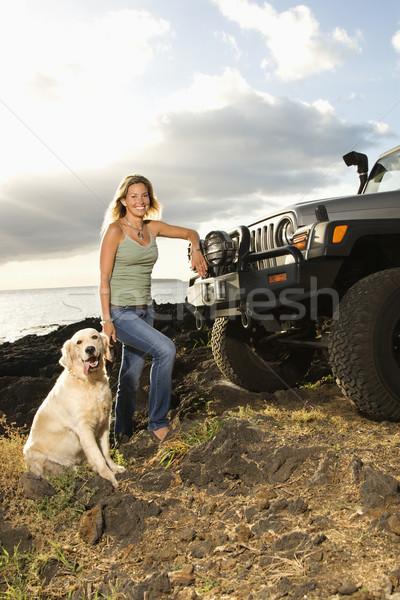 Mulher cão suv praia sorrindo tanto Foto stock © iofoto