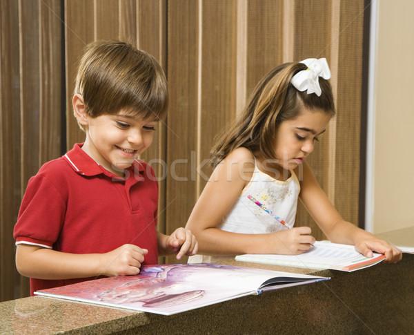 子供 宿題 ヒスパニック 弟 姉妹 ホーム ストックフォト © iofoto