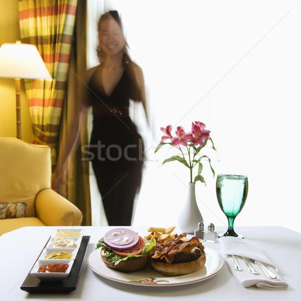Serviço de quarto cheeseburger refeição flores adulto mulher Foto stock © iofoto