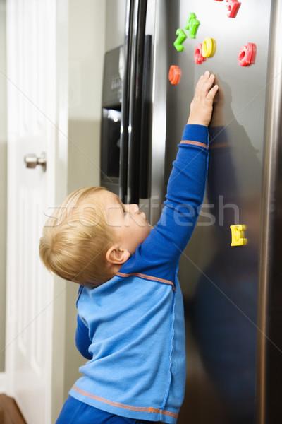 Kind spelen kaukasisch jongen magneten Stockfoto © iofoto