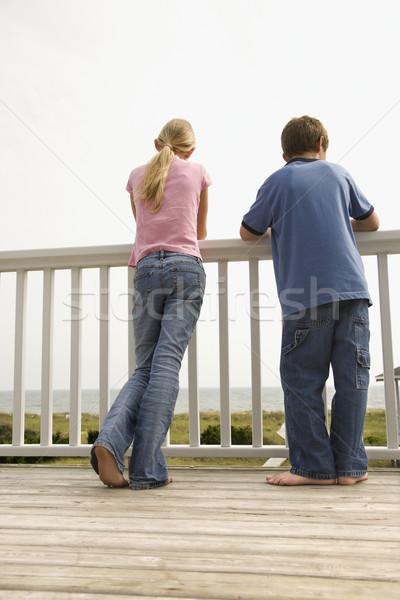 Stock fotó: Fiú · lány · tengerpart · néz · veranda · korlát