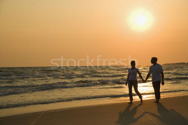 Сток-фото: пару · , · держась · за · руки · кавказский · ходьбе · вниз · пляж