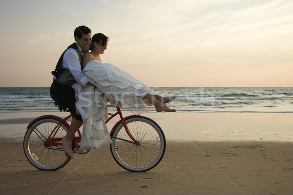 Pár lovaglás bicikli tengerpart menyasszony fogantyú Stock fotó © iofoto