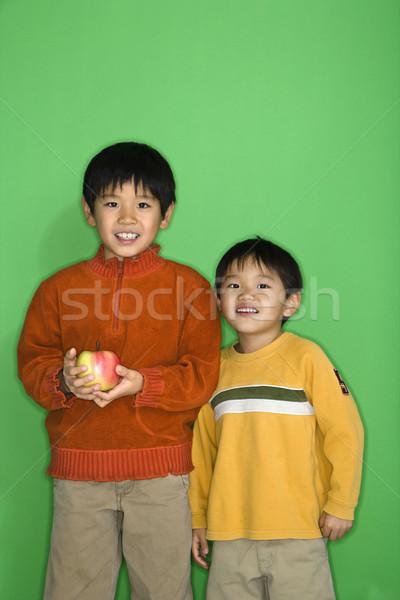 Garçons pomme deux asian souriant Photo stock © iofoto