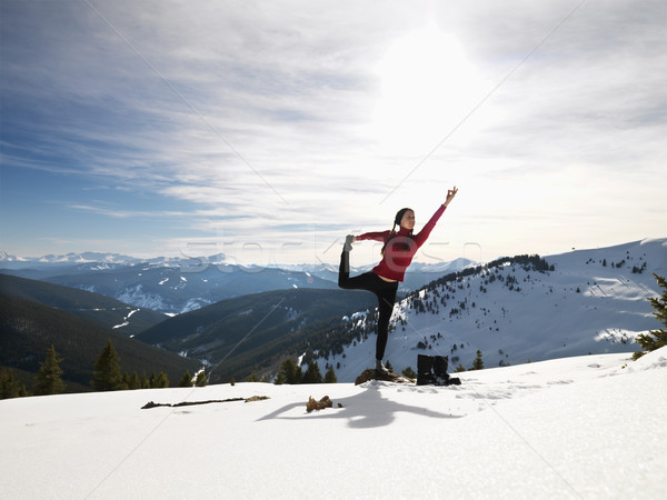 Femme yoga neige jeune femme pose de yoga Rock Photo stock © iofoto