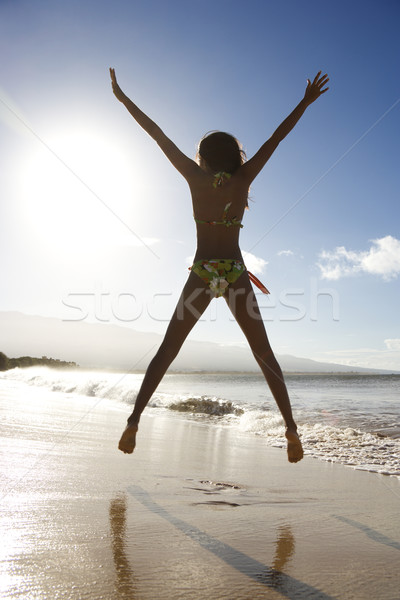 少女 ジャンプ ビーチ 背面図 ビキニ ハワイ ストックフォト © iofoto