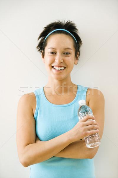 Kobieta woda butelkowana młoda kobieta wykonywania ubrania Zdjęcia stock © iofoto
