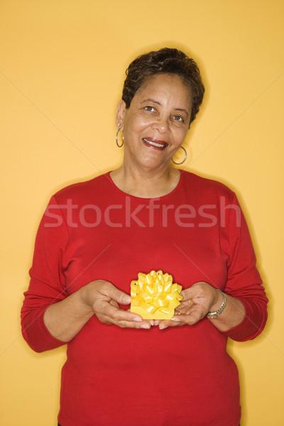 Nő tart ajándék afroamerikai középkorú felnőtt női Stock fotó © iofoto