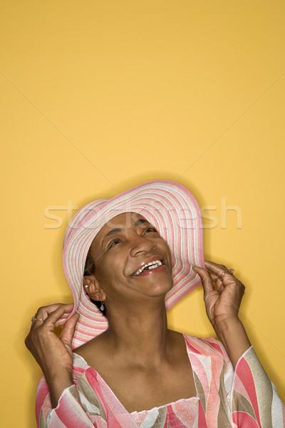 Nő tart kalap afroamerikai középkorú felnőtt női Stock fotó © iofoto