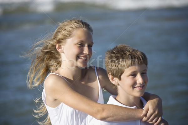 Lánytestvér ölel fivér tengerpart kaukázusi lány Stock fotó © iofoto