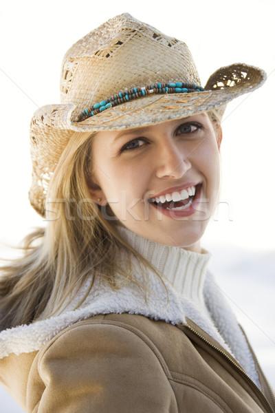 Donna cappello da cowboy giovani guardando indossare Foto d'archivio © iofoto