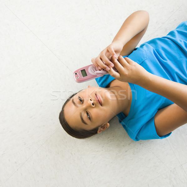 Lány sms üzenetküldés ázsiai hát padló mobiltelefon Stock fotó © iofoto