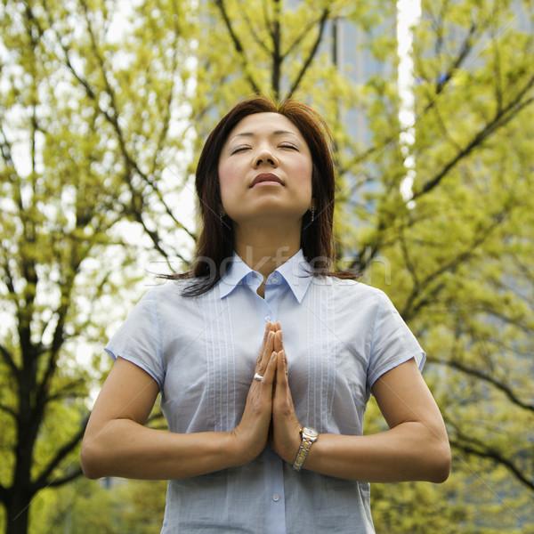 Femme méditer extérieur asian permanent à l'extérieur Photo stock © iofoto