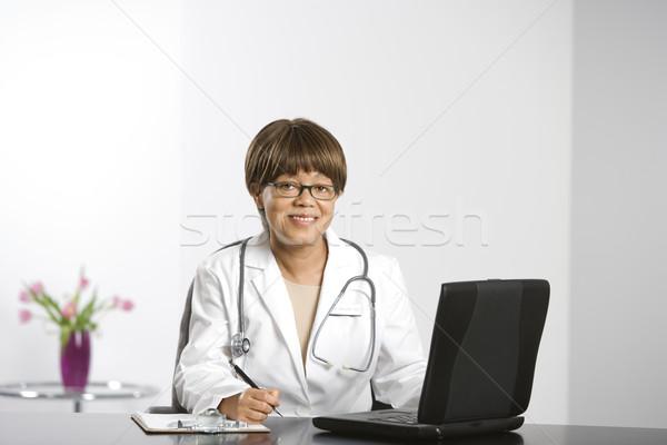 Lekarza laptop kobiet posiedzenia Zdjęcia stock © iofoto