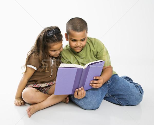 Nino nina lectura libro hispanos hermano Foto stock © iofoto