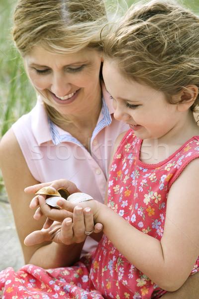 Mère fille regarder obus souriant s'asseoir Photo stock © iofoto