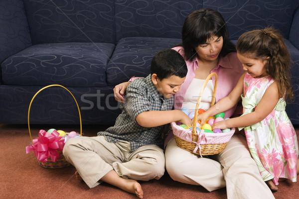 Rodziny Wielkanoc posiedzenia piętrze kobieta Zdjęcia stock © iofoto