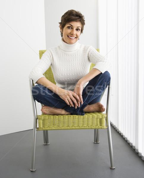 Femme souriante portrait jolie femme souriant séance modernes Photo stock © iofoto