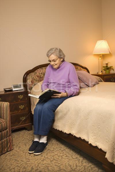Stockfoto: Rijpe · vrouw · lezing · ouderen · kaukasisch · vrouw · slaapkamer