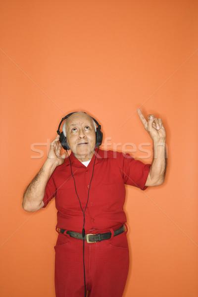 Férfi hallgat fejhallgató középkorú felnőtt kaukázusi férfi Stock fotó © iofoto
