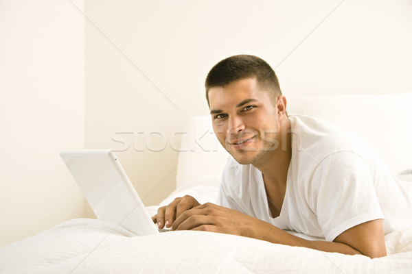 Stockfoto: Man · laptop · knap · kaukasisch · volwassen · bed