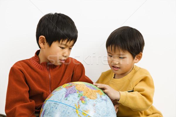 мальчики глядя мира два азиатских указывая Сток-фото © iofoto
